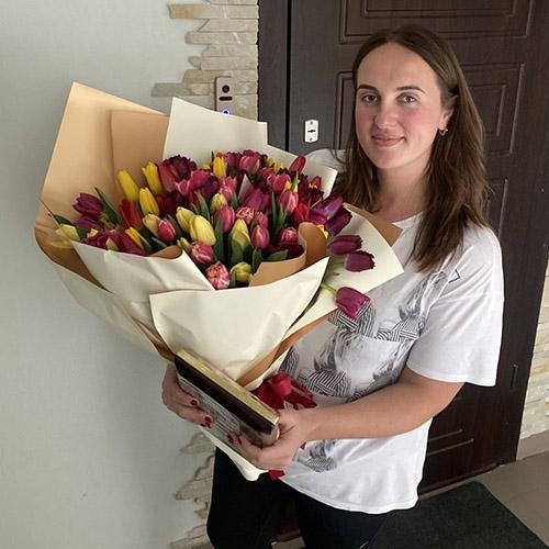 подарок 75 тюльпанов и конфеті фото доставки