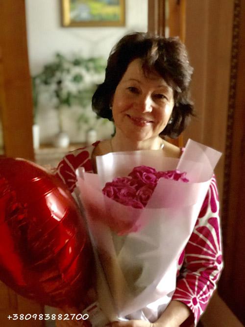 букет роз и воздушный шар на день матери